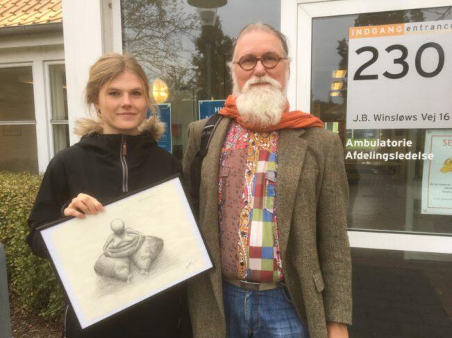 Kunstneren og en ung patient med hendes billede