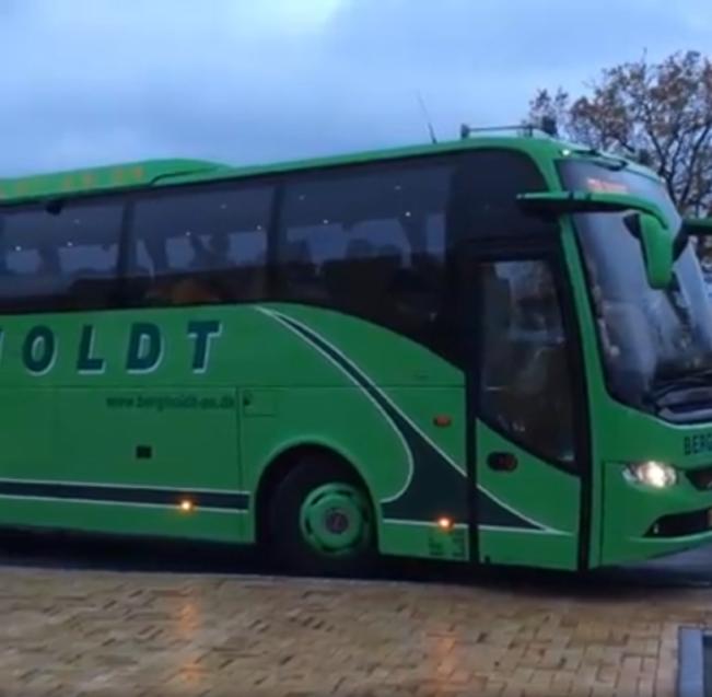 Bussen kører fra biblioteket mod Bogforum 2019